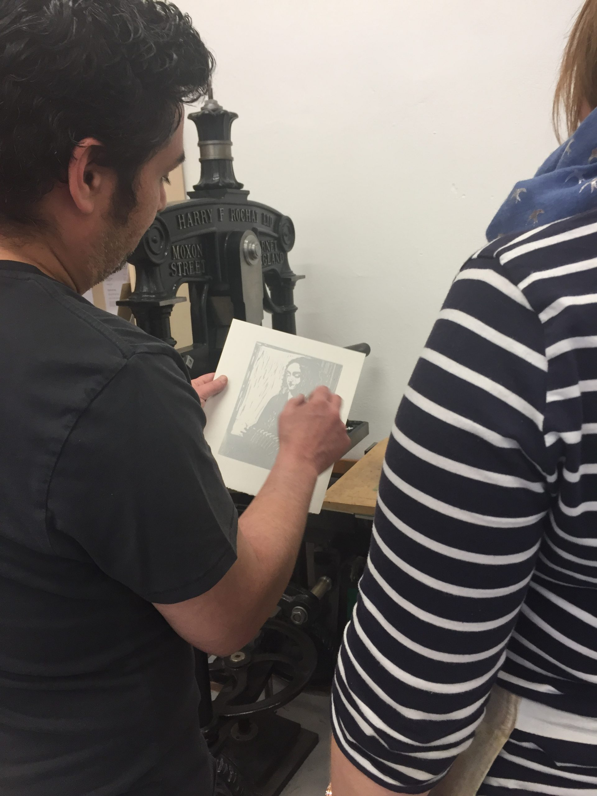 Matthew teaching during a linoprinting course in action